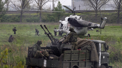 A Ukrainian military helicopter lands near a Ukrainian checkpoint near the town of Slavyansk in eastern Ukraine May 2, 2014 (Reuters / Baz Ratner)