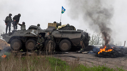 Ukrainian troops guard a checkpoint near the town of Slavyansk in eastern Ukraine May 2, 2014 (Reuters / Baz Ratner)
