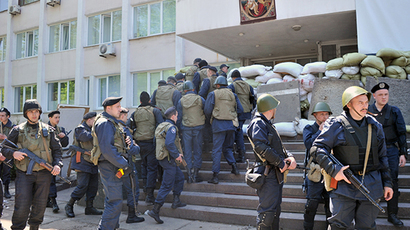 Ukrainian military surround Mariupol City Hall, shoot at protesters (VIDEO)