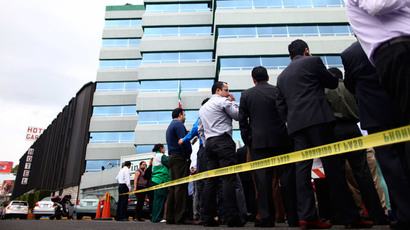 Workers evacuate a government building after a 6.8 magnitude earthquake in Mexico City May 8, 2014.(Reuters / Edgard Garrido)