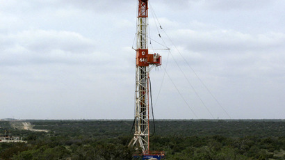 A rig contracted by Apache Corp drills a horizontal well in a search for oil and natural gas in the Wolfcamp shale located in the Permian Basin in West Texas October 29, 2013. (Reuters/Terry Wade)