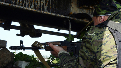 An armed fighter takes position at a checkpoint near the eastern Ukranian city of Slavyansk on May 10, 2014 (AFP Photo / Vasily Maximov)