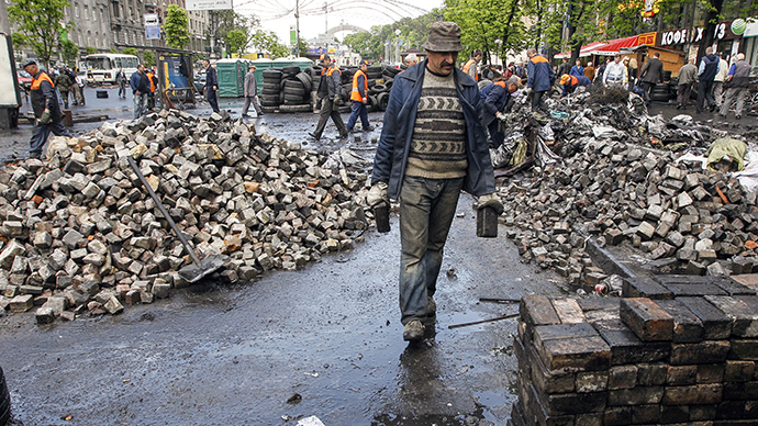 Municipal workers remove rubbish as they take down the barricades in central Kiev, April 23, 2014.  (Reuters / Valentyn Ogirenko)