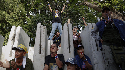 (FILE Photo) Anti-government protesters wait for their leader Suthep Thaugsuban to come out from the parliament building to address them in Bangkok May 9, 2014. (Reuters / Damir Sagolj)