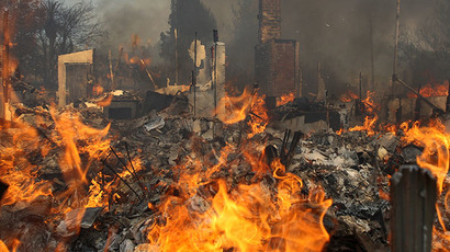 A house burns at the Cocos fire on May 15, 2014 in San Marcos, California. (AFP Photo / David Mcnew)