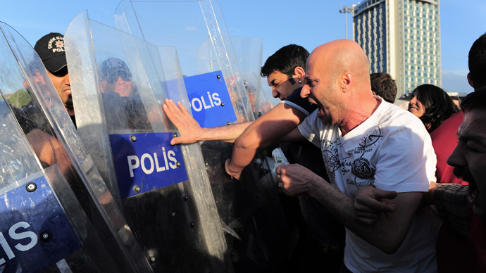 Riot police scuffle with protesters during a demonstration blaming the ruling AK Party (AKP) government for the mining disaster in western Turkey, at Taksim square in central Istanbul May 17, 2014 (Reuters / Yagiz Karahan)