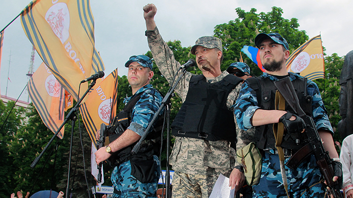 """People's Governor"" of the Lugansk Region Valery Bolotov (center) read an address to the residents of Lugansk at the rally devoted to the results of the referendum on the status of the Lugansk People's Republic (LPR) on May 12, 2014 (RIA Novosti / Vitaliy Belousov)"