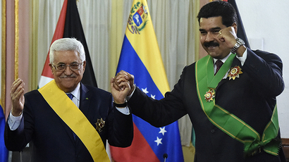 Venenzuelan President Nicolas Maduro (R) and Palestinian leader Mahmud Abbas, pose after decorating each other during a ceremony at Miraflores presidential palace in Caracas on May 16, 2014. (AFP Photo / Juan Barreto)