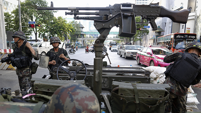 Thai soldiers take their positions in the middle of a main intersection in Bangkok's shopping district May 20, 2014. (Reuters / Damir Sagolj)
