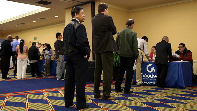 Job seekers line up (AFP Photo / Justin Sullivan)