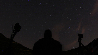 An astrophotographer points his cameras towards the sky hoping to capture the Camelopardalid meteor shower, north of Castaic Lake, California, May 24, 2014 (Reuters / Gene Blevins)