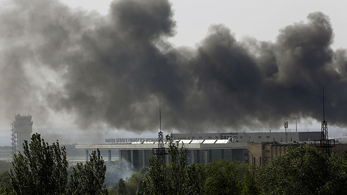Smoke billows from Donetsk international airport during heavy fighting between Ukrainian and anti-government forces May 26, 2014. (Reuters / Yannis Behrakis)