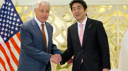 US Defense Secretary Chuck Hage (L) shakes hands with Japanese Prime Minister Shinzo Abe pose before the start of their meeting in Singapore on May 30, 2014.( AFP Photo / Pablo Martinez Monsivais)