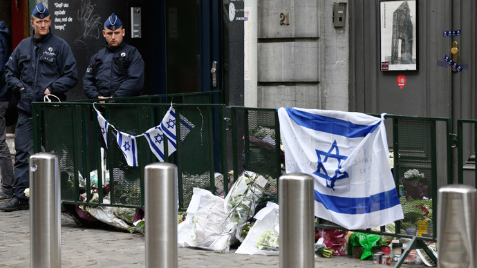 Belgian police officers stand guard at the entrance of the Jewish Museum in Brussels May 27, 2014.(Reuters / Francois Lenoir)