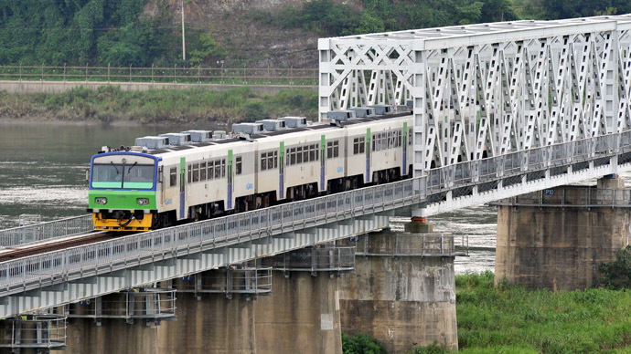 A South Korean train passes over a cross-border railway bridge near the Demilitarized zone (DMZ) in Paju, north of Seoul on August 21, 2009. (AFP Photo)