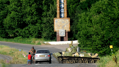 A Ukrainian soldier searches a driver at a check-point in the eastern Ukrainian city of Slavyansk on June 6, 2014. (AFP Photo / Viktor Drachev)