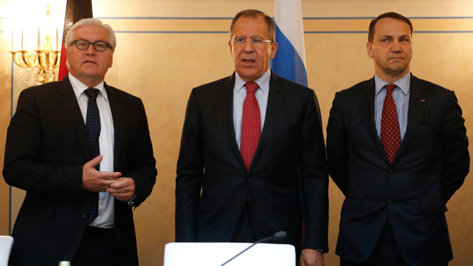 Russian Foreign Minister Sergei Lavrov (C), his German counterpart Frank-Walter Steinmeier (L) and Polish counterpart Radoslaw Sikorski attend a news conference in St. Petersburg, June 10, 2014.(Reuters / Alexander Demianchuk)