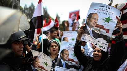 Egyptians hold portraits of Egypt's former army chief and now President Abdel Fattah al-Sisi as they take part in celebrations in front of the presidential palace of Ethadya in the capital Cairo on June 8, 2014, after Sisi was sworn in (AFP Photo)