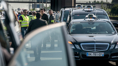 Taxis drivers block highway outside Paris, near Roissy on June 11, 2014.(AFP Photo / Fred Dufour )