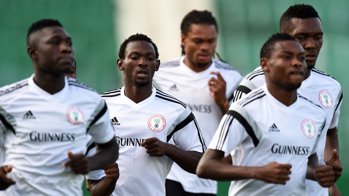 Nigeria's defender Juwon Oshaniwa (2nd L) and other players warm up during a training session in Campinas, some 100 kilometers from Sao Paulo, on June 12, 2014 as the 2014 FIFA World Cup kicks off in Brazil. (AFP Photo/Jewel Samad)
