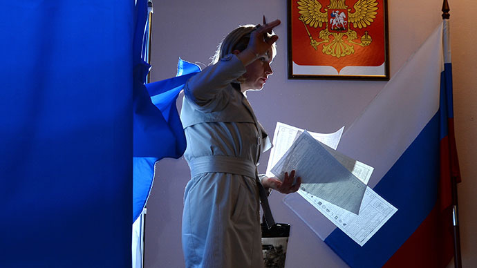 A woman votes at a polling station during the elections. (RIA Novosti / Konstantin Chalabov)