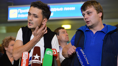 Zvezda TV channel correspondent Evgeny Davydov, left, and sound engineer Nikita Konashenkov who were detained in Dnepropetrovsk are interviewed by journalists on their arrival at Moscow's Sheremetyevo airport after the release (Reuters / Alexey Kudenko)