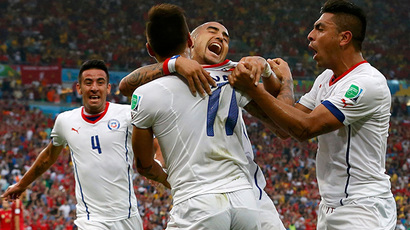 Chile's Mauricio Isla, Eduardo Vargas, Arturo Vidal and Gonzalo Jara (L-R) celebrate after their first goal during their 2014 World Cup Group B soccer match against Spain at the Maracana stadium in Rio de Janeiro June 18, 2014. (Reuters / Jorge Silva)