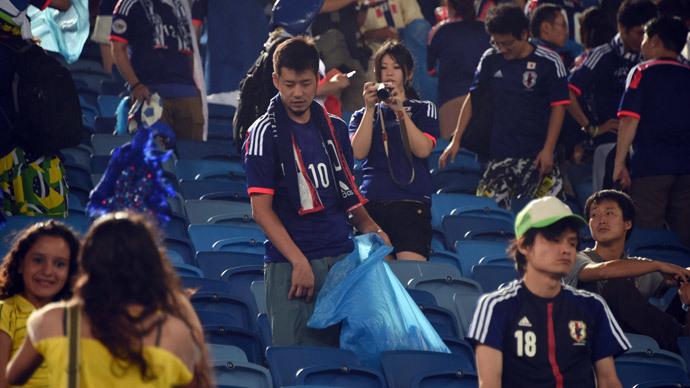 Fan japones limpia el estadio Brasil 2014