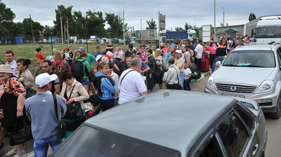 A line of refugees at a checkpoint in Donetsk, Rostov Region. (RIA Novosti/Sergey Pivovarov)