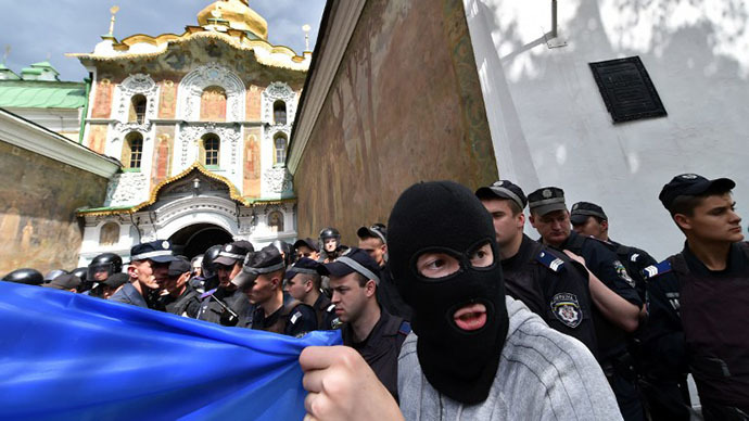 Kiev nationalists clash with police outside Orthodox monastery (PHOTOS, VIDEO)