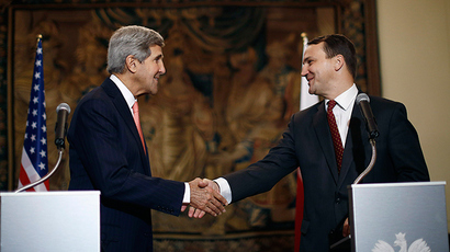 US Secretary of State John Kerry (L) shakes hands with Polish Foreign Minister Radoslaw Sikorski (AFP Photo / Jason Reed)