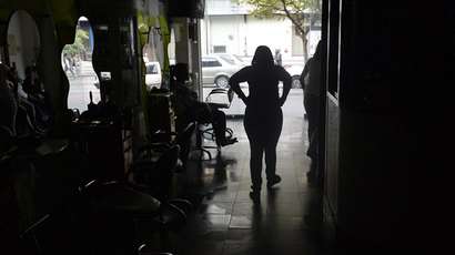A hairdressing salon in the dark during a power cut in Caracas, on June 27, 2014. (AFP Photo / Leo Ramirez)