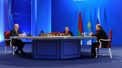 Russian President Vladimir Putin (R), Kazakh President Nursultan Nazarbayev (C) and Belarus President Alexander Lukashenko take part in a meeting of the Eurasian Economic Union in Astana May 29, 2014 (Reuters / Mikhail Klimentyev)