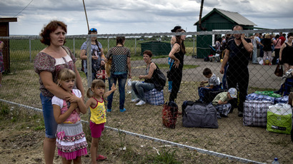 Refugees at the Severny border checkpoint in the Lugansk region. (RIA Novosti/Valeriy Melnikov)