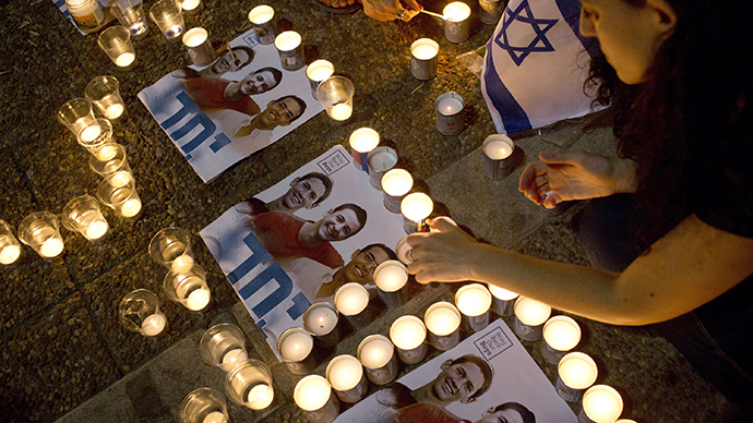 Israelis mourns and light candles in Rabin Square in Tel Aviv on June 30, 2014 after the announce that the bodies of the three missing Israeli teenagers were found. (AFP Photo / Oren Ziv)