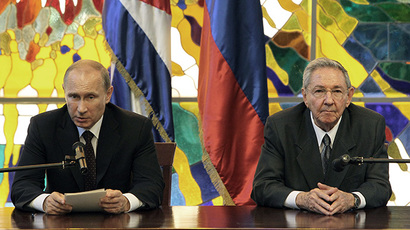 Russian President Vladimir Putin (L) and his Cuban counterpart Raul Castro at Revolution Palace in Havana, on July 11, 2014. (AFP Photo / Alejandro Ernesto / Pool)