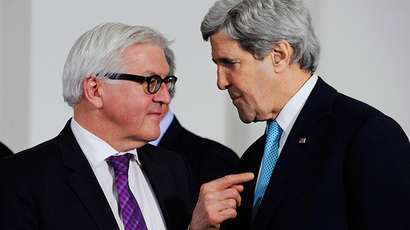 German Foreign Minister Frank-Walter Steinmeier (L) talks with US Secretary of State John Kerry (AFP Photo / Pool / John Thys)