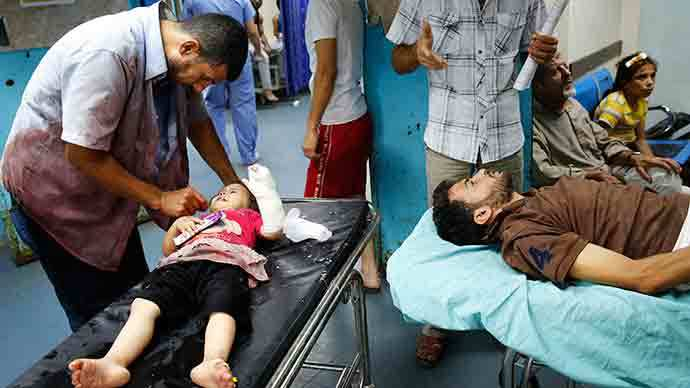 Patients, who medics said were injured by an explosion during an overnight Israeli assault, are treated in Shifa hospital in Gaza City July 18, 2014 (Reuters / Finbarr O'Reilly)