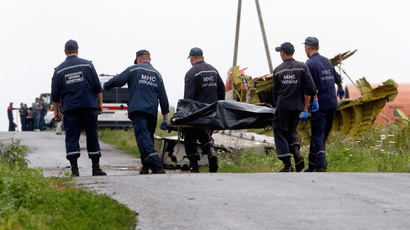 Members of the Ukrainian Emergency Ministry transport a body at the crash site of Malaysia Airlines Flight MH17.(Reuters / Maxim Zmeyev )