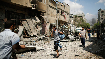Palestinians flee their houses in the Shejaia neighbourhood which was heavily shelled by Israel during fighting in Gaza City July 20, 2014 (Reuters / Mohammed Salem)