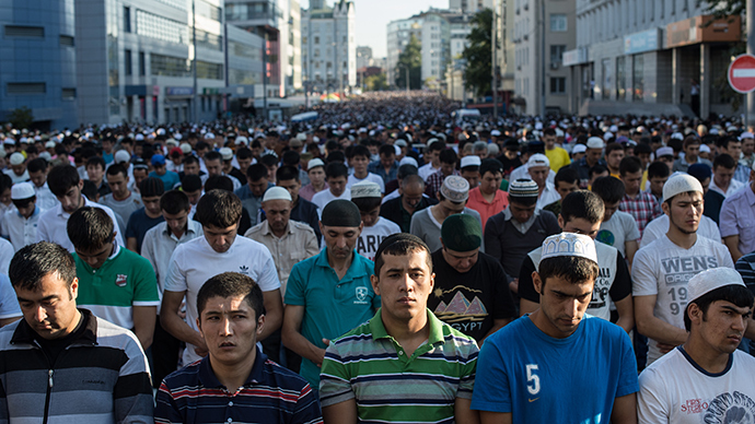 Muslims on a street near the Cathedral Mosque before a prayer on Uraza Bayram, a major Muslim holiday (RIA Novosti / Ramil Sitdikov)