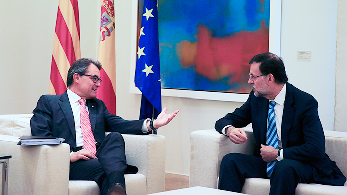 Spanish Prime Minister Mariano Rajoy (R) speaks with Catalan President Artur Mas during a meeting at the Moncloa Palace in Madrid, July 30, 2014 (Reuters / Paul Hanna)