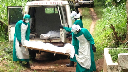 Health workers carry the body of an Ebola virus victim in Kenema, Sierra Leone, June 25, 2014 (Reuters / Umaru Fofana)