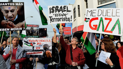 People take part in a demonstration outside the La Moneda presidential palace in Santiago, Chile, on August 02, 2014, to protest against Israel's military campaign in Gaza and show their support to the Palestinian people. (AFP Photo / Martin Bernetti)