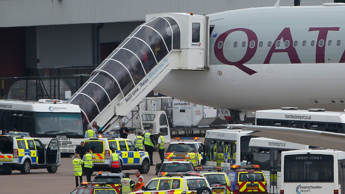 Passengers disembark from a Qatar Airways aircraft after a man was escorted off the plane by police at Manchester airport in Manchester, northern England August 5, 2014 (Reuters / Andrew Yates)