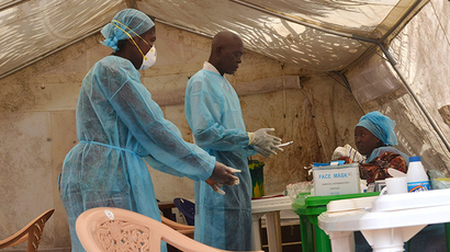 Health workers take blood samples for Ebola virus testing at a screening tent in the local government hospital in Kenema, Sierra Leone, June 30, 2014 (Reuters / Tommy Trenchard)
