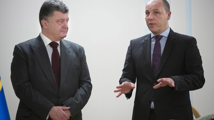 Ukrainian President Petro Poroshenko (left) and former Secretary of Ukraine's Council for Security and Defense (CSD) Andriy Parubiy at the meeting with CSD department heads.(RIA Novosti / Mikhail Palinchak)