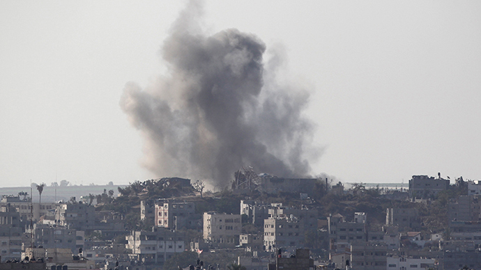 Smoke rises following what witnesses said was an Israeli air strike in Gaza August 20, 2014 (Reuters / Ahmed Zakot)