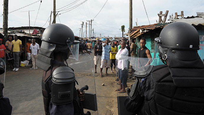 Liberian security forces stand in front of protesters after clashes at West Point neighbourhood in Monrovia August 20, 2014 (Reuters / 2Tango)