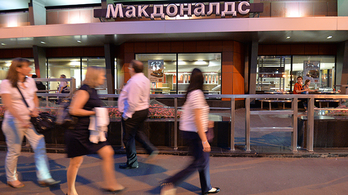 People walk past a closed McDonald's restaurant in Moscow, August 20, 2014 (Reuters / Tatyana Makeyeva)